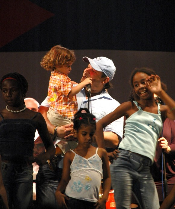 Niños bailando con Van Van