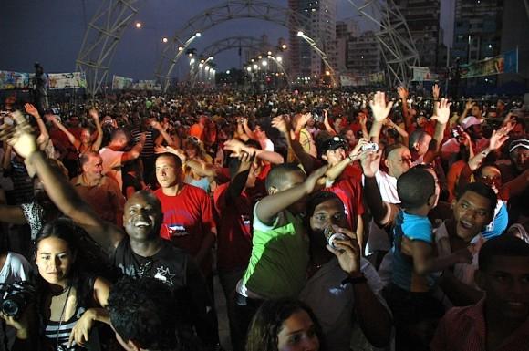 Miles de cubanos en la Tribuna Antimperialista en concierto de los Van Van