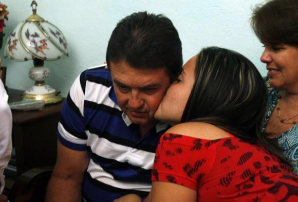 Moises Rodriguez, en agente Valdimir de la Seguridad del Estado, recibe un beso de su hija al finalizar el programa televisivo, Las Razones de Cuba. Foto: Ismael Francisco/PL