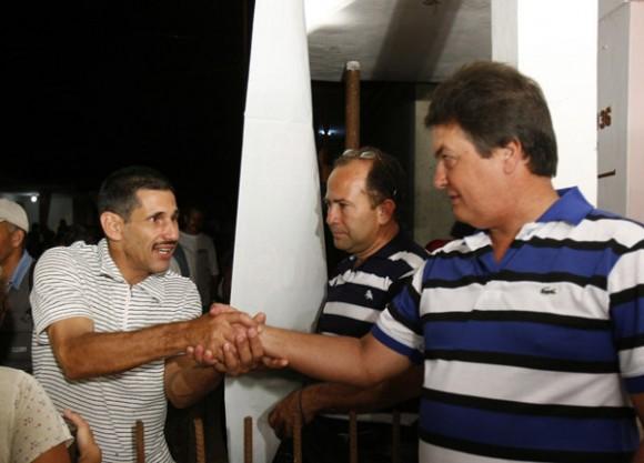 Moises Rodriguez, el agente Valdimir de la Seguridad del Estado, es felicitado por sus vecinos al finalizar el programa televisivo Las Razones de Cuba. Foto: Ismael Francisco/PL