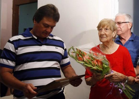 Moises Rodriguez, en agente Valdimir de la Seguridad del Estado, junto a su  madre despues de finalizar el programa televisivo Las Razones de Cuba. Foto: Ismael Francisco/PL