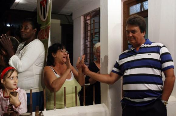 Moises Rodriguez, en agente Valdimir de la Seguridad del Estado, es felicitado por sus vecinos al finalizar el programa televisivo Las Razones de Cuba. Foto: Ismael Francisco/PL