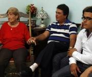 Moises Rodriguez, en agente Valdimir de la Seguridad del Estado, junto a su familia mirando anoche el programa televisivo Las Razones de Cuba. Foto: Ismael Francisco/PL
