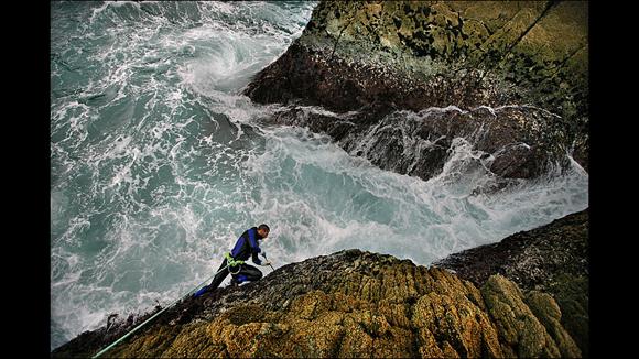 También es el desafío de aprovechar lo que la naturaleza ofrece. Para Alberto se trata de un reto cotidiano exponerse a la furia del mar para recoger los percebes aferrados a las rocas de la costa de Galicia, en España. Foto: Timothy Allen/ BBC Mundo