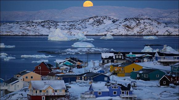 El primer sol naciente después de tres meses de total oscuridad, produce expectación en esta parte de Groenlandia. La vida de los próximos meses transcurrirá bajo un cielo teñido de púrpura, y un sol tímido y suave. Foto: Timothy Allen/ BBC Mundo