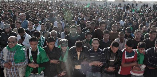 Los partidarios del coronel Gaddafi se reunieron para una oración en un cementerio en Trípoli el domingo.