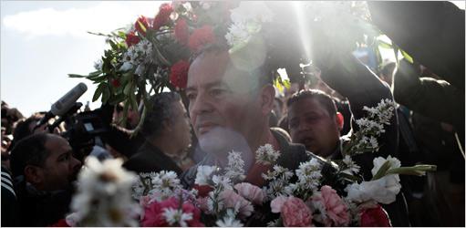 El funeral se decía que era para los civiles muertos en los ataques aéreos, pero ningún cuerpo puede ser visto.