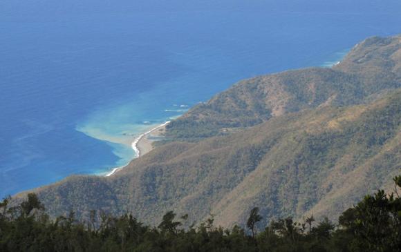 La Sierra Maestra se extiende a lo largo de la costa sur. El mar viene y le acaricia las faldas y entablan una conversación ininteligible. Foto: Aline Marie Rodríguez