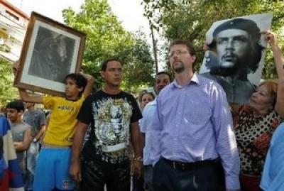 """Lowell Dalton, funcionario de la Oficina de Intereses de EE.UU. en Cuba, en la esquina habanera de 19 y K, este 27 de febrero. Foto: AFP. Publicada en """"El Nuevo Herald"""""""