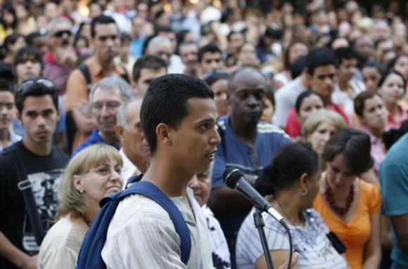 Jovenes estudiantes de la Universidad de la Habana, sostienen un encuentro con Moises Rodriguez, y Carlos Serpa, agentes de la Segurida del Estado, que fueron revelados como Vladimir y Emilio, recientemente en el programa televisivo, Las Razones de Cuba.