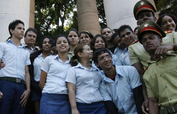 Carlos Serpa, agente de la Segurida del Estado, que fue revelado como Emilio, recientemente en el programa televisivo, Las Razones de Cuba, recibe muestras de cariño de estudiantes en la Universidad de La Habana.