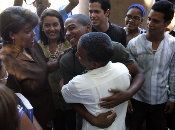 Carlos Serpa, agente de la Segurida del Estado, que fue revelado como Emilio, recientemente en el programa televisivo, Las Razones de Cuba, recibe muestras de cariño de alumnos y profesores de la Universidad de La Habana.