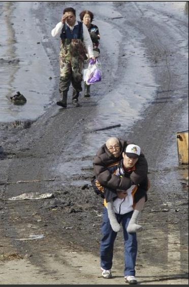 Habitantes de Tagajo (cerca de Sendai, al noreste de Japón) son evacuados de sus hogares tras el maremoto del 11 de marzo. Foto: AP