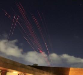 Las balas trazadoras sobre el cielo de Trípoli.