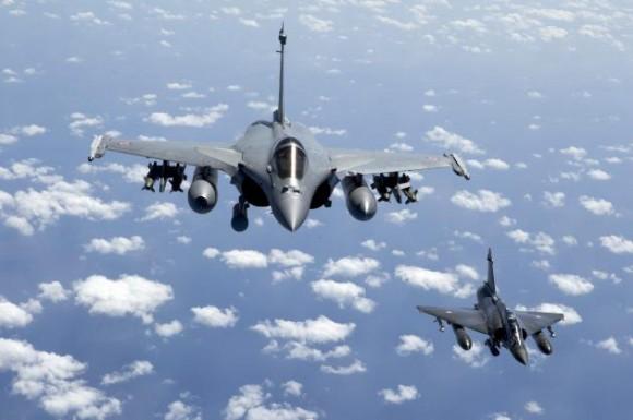 """Imagen facilitada por el ministerio francés de Defensa que muestra un avión tipo Rafale (i) y otro Mirage 2000D volando tras despegar de la base aérea de Istres, Francia, hoy, viernes, 25 de marzo de 2011. Una patrulla del Ejército francés disparó ayer contra un avión del Ejército libio""""que violaba la resolución 1973 del Consejo de Seguridad de la ONU cuando el aparato acababa de aterrizar en una base militar. La misión fue llevada a cabo por dos Mirage 2000D y dos Rafale que partieron de bases situadas en la Francia metropolitana y otros dos Rafale que despegaron desde el portaaviones """"Charles de Gaulle"""", precisó el Estado Mayor. EFE/Nicolas - Nelson Richard SOLO USO EDITORIAL"""
