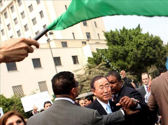 Ban Ki-moon, obligado a refugiarse en la sede de la Liga Arabe al ser hostigado por gadafistas. Foto: EFE