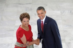Volver Mundo  19 Mar 2011 | 10:59 am - Por AFP Obama es recibido por Rousseff para reunión bilateral en palacio de gobierno El mandatario norteamericano, que arribó este sábado a Brasilia, llegó al palacio acompañado de su esposa Michelle, en tanto que la mandataria brasileña estaba acompañada de su ministro de Relaciones Exteriores, Antonio Patriota Editorial: Obama en Brasil. Vuelta con los amigos Actualmente 1.00/5 Resultados: 1.0/5 (1 voto emitido)      El presidente de Estados Unidos, Barack Obama, se saluda con su homóloga brasileña, Dilma Rousseff, en Brasil | EFE