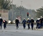 Cuerpos de choque de la policía de Bahréin llegan a la Plaza de la Perla, en Manama