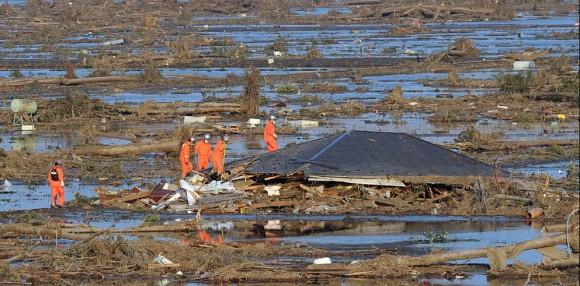 Sin trenes, sin móviles, sin gasolina, sin agua, sin alimentos JOSÉ REINOSO | Enviado especial, Yamagata Cientos de miles de evacuados y familiares de desaparecidos deambulan entre el barro y los escombros