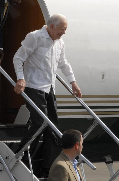 """James Carter, ex presidente de los Estados Unidos de América, a su llegada al aeropuerto internacional """"José Martí"""", en La Habana, Cuba, el 28 de marzo de 2011.   AIN FOTO/Omara García Mederos"""