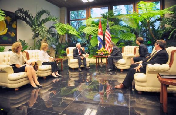 El Presidente Raúl Castro Ruz en reunión con el señor James Carter. Foto: Geovani Fernández