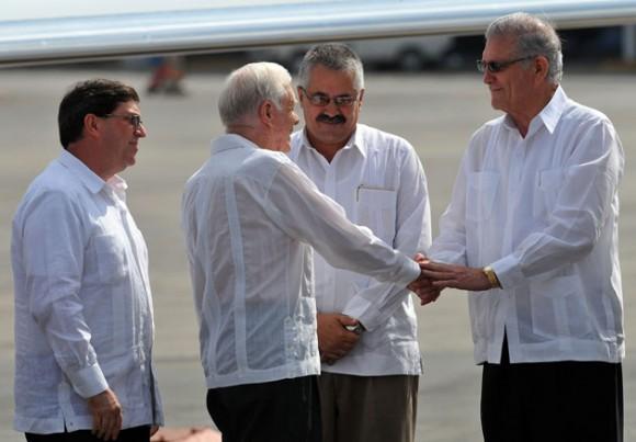 Carter saluda a Jorge Bolaños, jefe de la Sección de Intereses de La Habana en Washington. A su lado, Dagoberto Rodríguez, viceministro primero del MINREX cubano. Foto: Alejandro Ernesto/ EFE