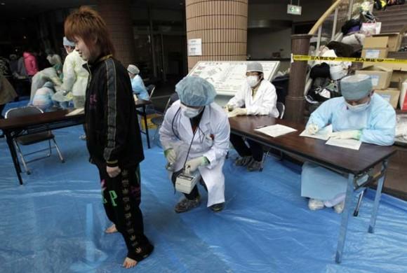 Médicos examinan a la población en Japón. Foto: Reuters