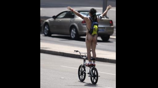Imágen referencial de ciclistas desnudos en México (Foto: Reuters)