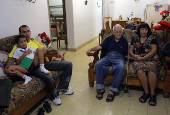 En la casa, viendo el programa. Foto: Ismael Francisco