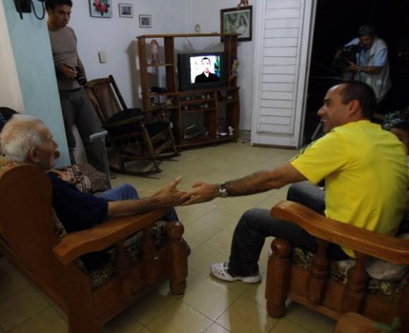 Dalexi González y su abuelo. Foto: Ismael Francisco