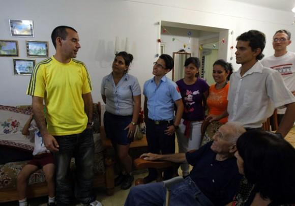 Dalexi González recibe el cariño de amigos y vecinos. Foto: Ismael Francisco