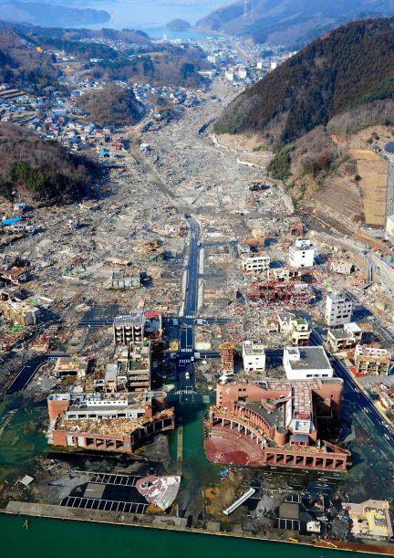 Vista aérea de Onagawa, en la prefectura de Miyagi. La destruicción es casi completa. Las olas del tsunami alcanzaron los 10 metros. (Foto: EFE, STR)