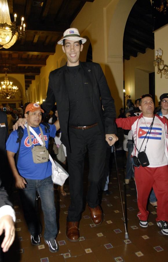 El hombre más alto del mundo en Cuba. Foto: Roberto Suárez