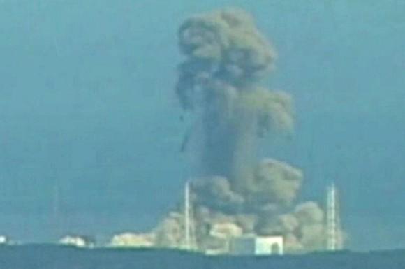 Un nuevo estallido ha sacudido este lunes la central nuclear de Fukushima I, la más afectada de Japón por las averías derivadas del terremoto y el tsunami que sacudieron el país el viernes . Si el sábado fue el reactor número uno el que sufrió una explosión de hidrógeno , esta madrugada (hora española) se ha registrado otra similar en el número tres. Una gran columna de humo blanco emerge a estas horas de las instalaciones de la planta, pero según la empresa operadora el reactor ha quedado intacto. Once personas han resultado heridas en el incidente. Entre los heridos hay al menos un militar de las Fuerzas de Auto Defensa (Ejército) de Japón, con fracturas de varios huesos, mientras otros sufren heridas leves, según los datos difundidos por la agencia local Kyodo .