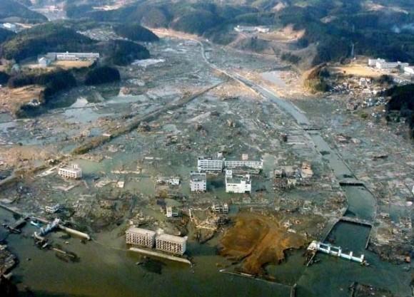 Hallados 2.000 cadáveres en la prefectura de Miyagi. De confirmarse, este hallazgo elevaría el balance de víctimas del terremoto del pasado viernes, que hasta ahora es de 1.600 muertos, 1.419 heridos, más de 10.000 desaparecidos y 380.000 evacuados.