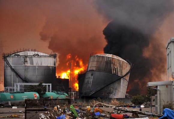 Una columna de llamas y humo emerge de una planta de refinería de petróleo próxima a una central térmica en Shiogama, en la prefectura de Miyagi (Japón) hoy, domingo 13 de marzo de 2011. Las autoridades japoneses aumentaron hoy a 1.217 la cifra de muertos y a 1.086 la de desaparecidos por el terremoto del viernes, mientras los sismólogos advirtieron de que las réplicas se pueden prolongar durante toda la semana.EFE/Kimimasa Mayama