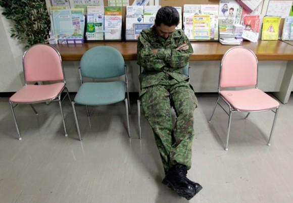 Un integrande de las Fuerzas de Auto Defensa de Japón toma un descanso en Fukushima. Trabajadores intentan enfriar la planta con agua de mar para evitar un desastre total. REUTERS/Yuriko Nakao