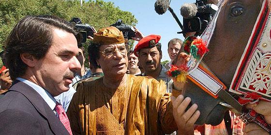 Muammar el Gadhafi con Aznar y otro camello
