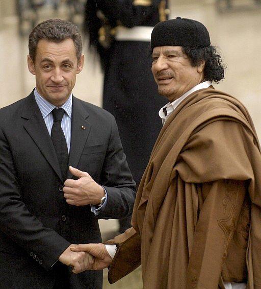 Muamar el Gadafi con Sarkozy