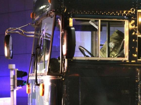 La marca de una bala en la ventanilla del conductor de un autobús donde un hombre armado disparó contra un grupo de efectivos de la Fuerza Aérea estadounidense en el aeropuerto de Francfort el miércoles 2 de marzo de 2011. Dos hombres murieron y otros dos resultaron heridos en el ataque.  Foto: AP