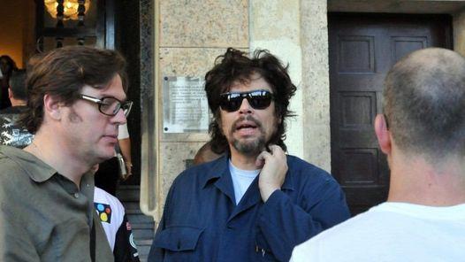 """El actor puertorriqueño Benicio del Toro posa a la salida de un Hotel en La habana, Cuba hoy, lunes 28 de febrero de 2011, donde se encuentra para rodar una de las historias que integran el filme """"Siete días en La Habana"""", en la que debutará como director, confirmó hoy a Efe una fuente de la producción de ese proyecto cinematográfico. Del Toro es uno de los siete directores de la coproducción hispano-francesa que comenzó este mes el cineasta francés Laurent Cantet (recordado por """"La clase"""") y que completan el español Julio Medem, el cubano Juan Carlos Tabío, los argentinos Gaspar Noé y Pablo Trapero y el palestino Elia Suleiman. EFE/Stringer"""