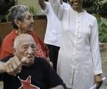 Hasta la Victoria Siempre: con la embajadora y su esposa Delia. Foto: Roberto Chile.