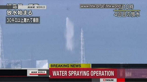 El lanzamiento del agua sobre el reactor 3 de Fukushima. Foto: AFP