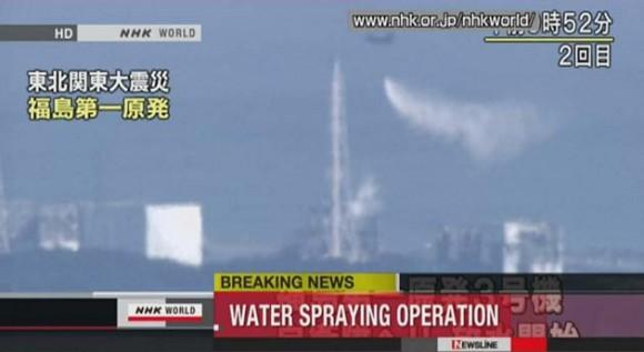 El Helicóptero de la Fuerza Aérea de Japón lanza el agua de mar sobre el reactor de Fukushima. Foto: AFP