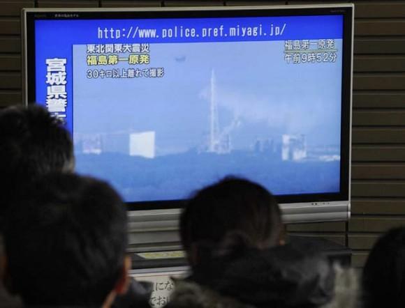 La TV japonesa sigue detalle a detelle la operación de los helicópteros. Foto: AFP
