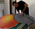 Dalexy muestra la antena enmascarada en la tabla de surf. Foto: Ismael Francisco