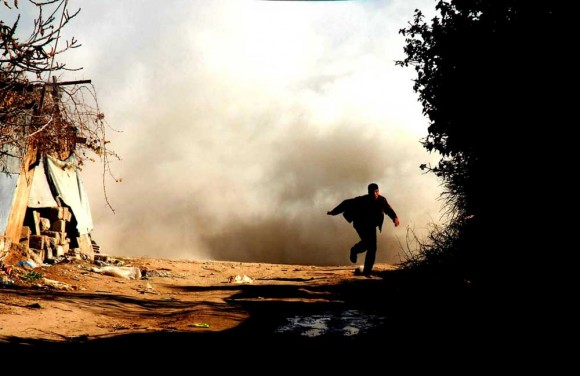 Un joven palestina huye del bombardeo israelí. Foto: Global Research
