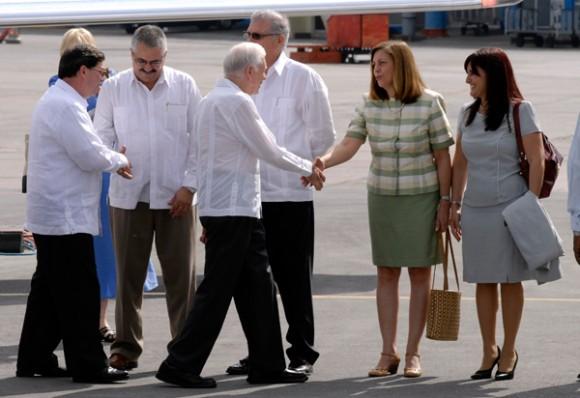 El ex presidente de EEUU saluda a Josefina Vidal, directora del Departamento de América del Norte de la Cancillería cubana. A su lado, Johana Tablada, subdirectora de ese departamento.
