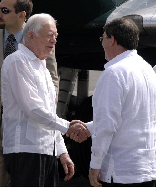 Carter saluda al canciller cubano tras pisar tierra cubana. Foto: Roberto Suárez