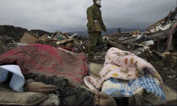 Un soldado japonés camina al lado de cuerpos de fallecidos por el terremoto en la ciudad de Rikuzentakata, en Miyagi. Foto: Getty Images